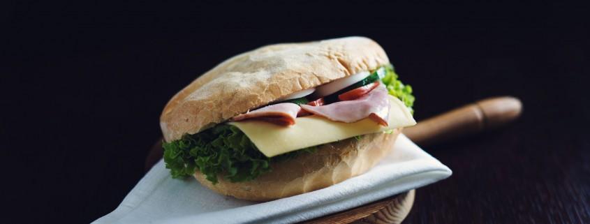 kanapka z szynką i sałatą
